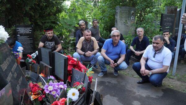 Cотрудники организации НУР и консульства Таджикистана приняли участие  в субботнике на могилах Героев Таджикистана - Sputnik Таджикистан