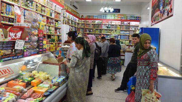 Жители Душанбе покупают продукты - Sputnik Таджикистан
