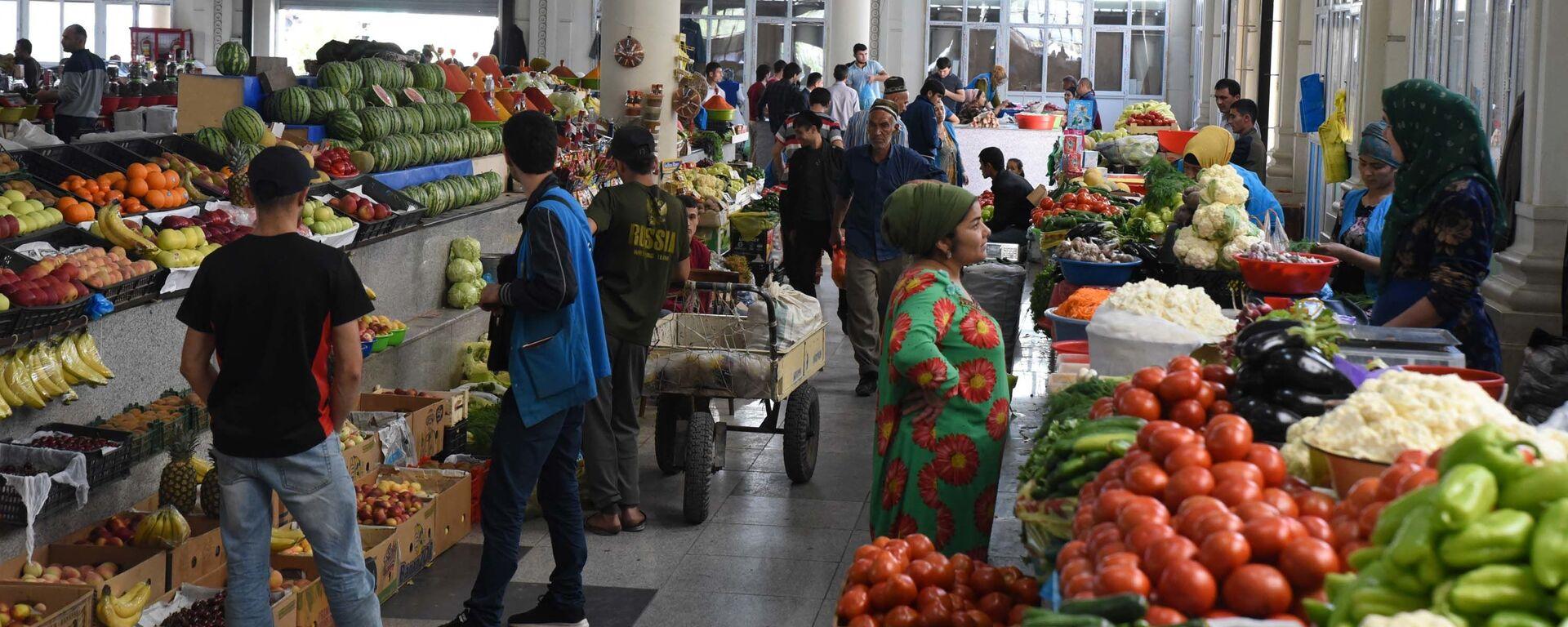 Жители Душанбе покупают продукты на рынке Мехргон  - Sputnik Тоҷикистон, 1920, 14.07.2021