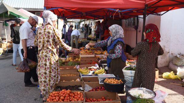 Жители Душанбе покупают продукты на рынке Мехргон  - Sputnik Тоҷикистон