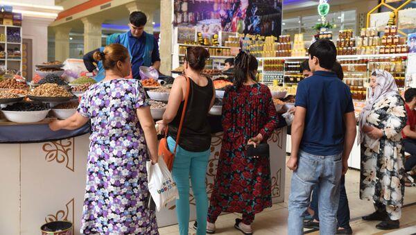 Жители Душанбе покупают продукты в магазине - Sputnik Тоҷикистон