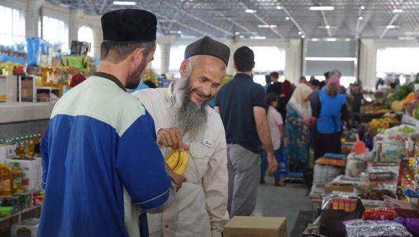 Жители Душанбе покупают продукты на рынке Мехргон - Sputnik Таджикистан
