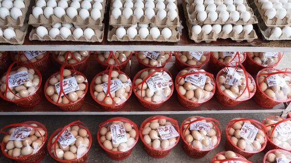Продажа яиц на рынке Мехргон - Sputnik Таджикистан