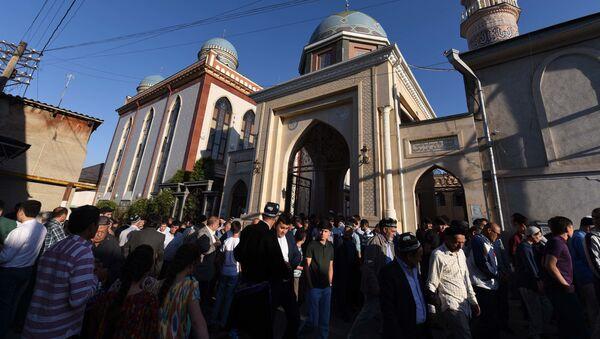 Верующие мусульмане перед началом молитв у мечети в Душанбе - Sputnik Таджикистан