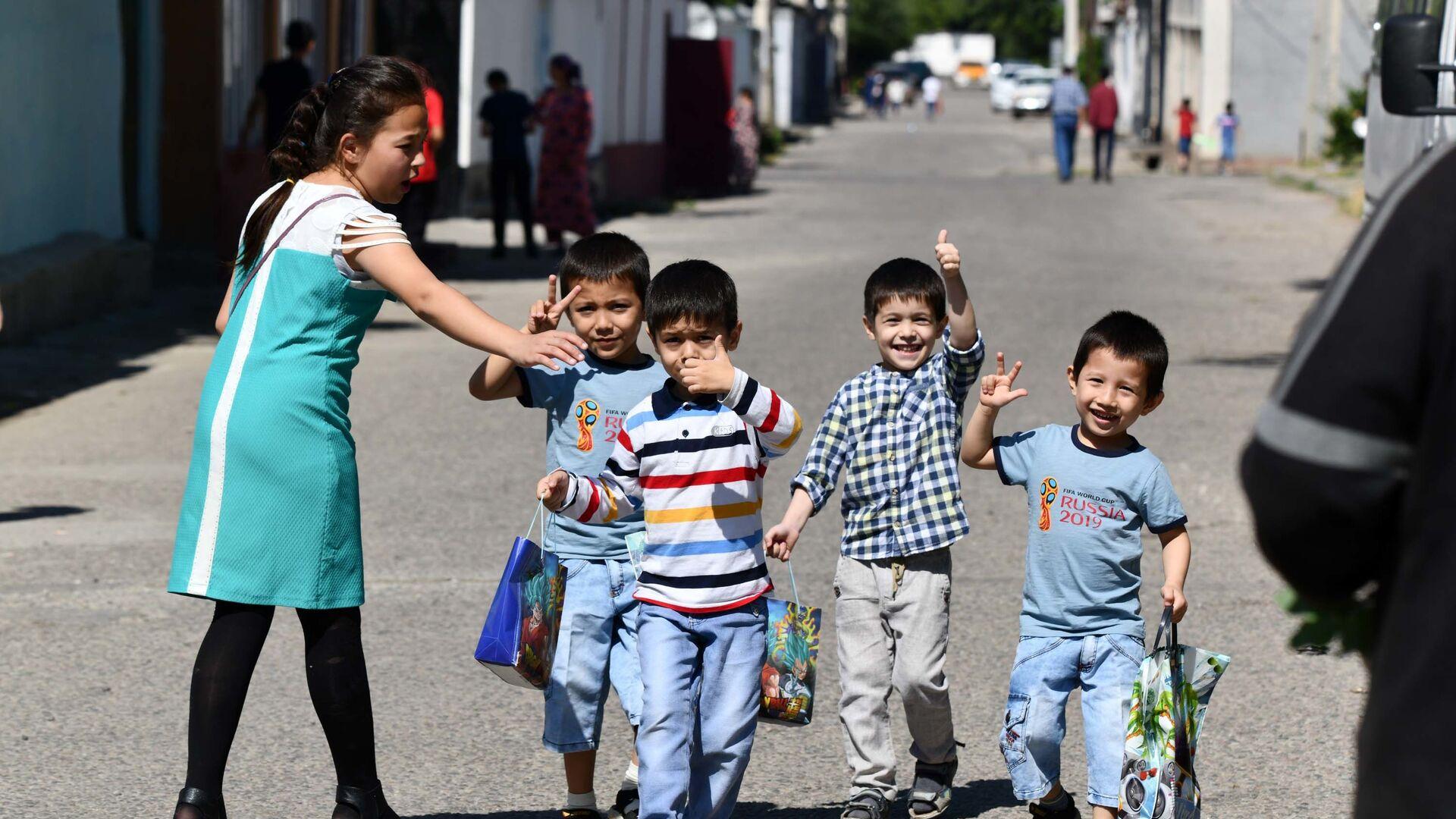 Дети гуляют на улице в Таджикистане - Sputnik Таджикистан, 1920, 12.10.2021