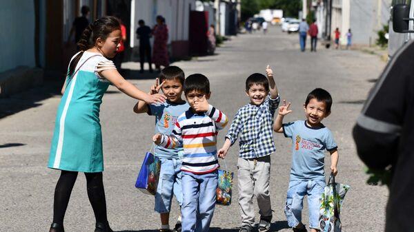 Дети гуляют на улице в Таджикистане - Sputnik Таджикистан