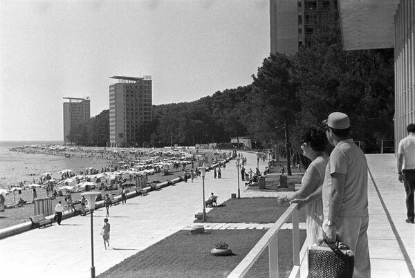 Приморский климатический курорт Пицунда на Черноморском побережье Кавказа в Абхазии, 1968 год - Sputnik Таджикистан