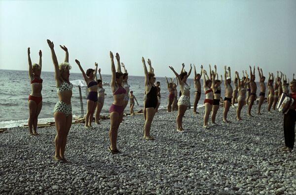 Оздоровительная гимнастика на пляже Туапсе, Краснодарский край, 1963 год - Sputnik Таджикистан