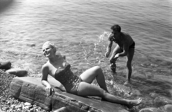 Отдыхающие на пляже города-курорта Сочи, 1966 год - Sputnik Таджикистан