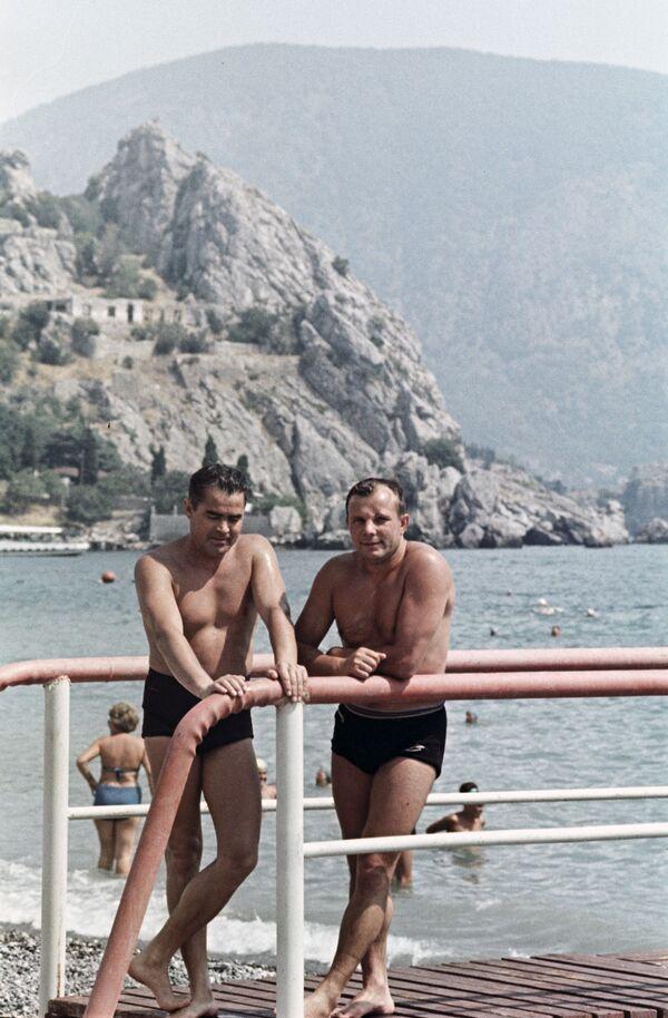 Летчики-космонавты СССР Андриян Николаев и Юрий Гагарин на отдыхе в Крыму, 1967 год - Sputnik Таджикистан
