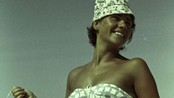 Студентка Регина Маринайтэ на курорте Паланга, 1964 - Sputnik Тоҷикистон