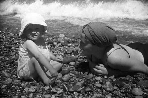 Отдых на пляже в Ялте, 1939 год - Sputnik Таджикистан