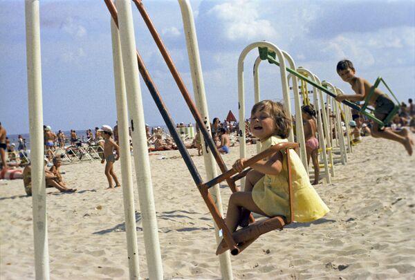 Дети на пляже в Юрмале, 1975 год - Sputnik Таджикистан