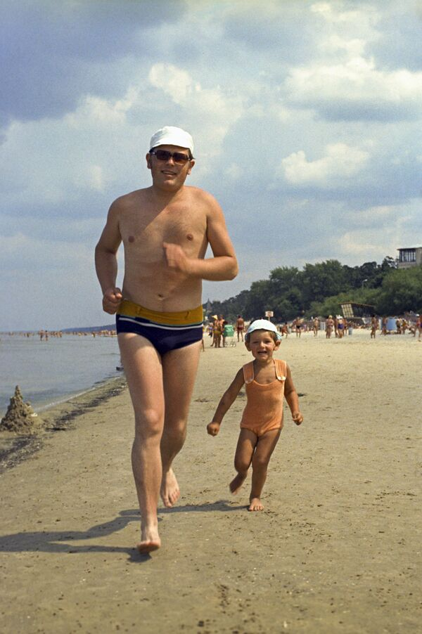Отдыхающие на пляже в Юрмале, 1975 год - Sputnik Таджикистан