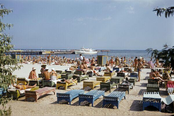 На пляже в Лузановке, Одесса, Украинская ССР, 1980 год - Sputnik Таджикистан