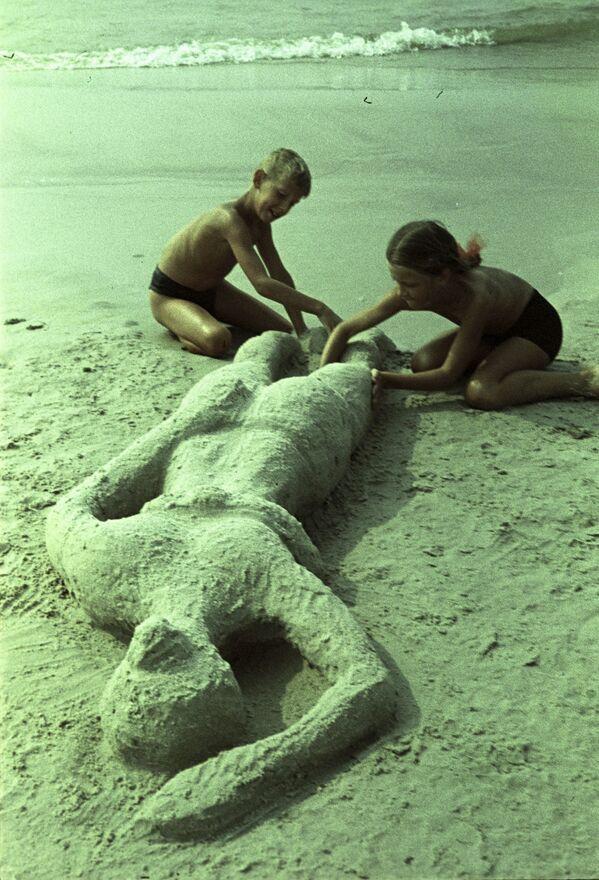 Так загорает мама (курорт Паланга), 1964 год - Sputnik Таджикистан