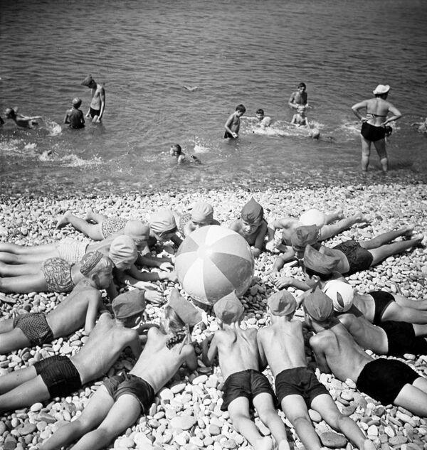 Дети на пляже Черного моря, 1967 год - Sputnik Таджикистан