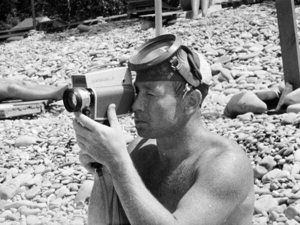 Космонавт Алексей Леонов во время отдыха на побережье Черного моря, 1965 год - Sputnik Таджикистан