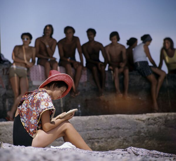 Юноши и девушки, отдыхающие на городском пляже Гурзуфа, 1974 год - Sputnik Таджикистан