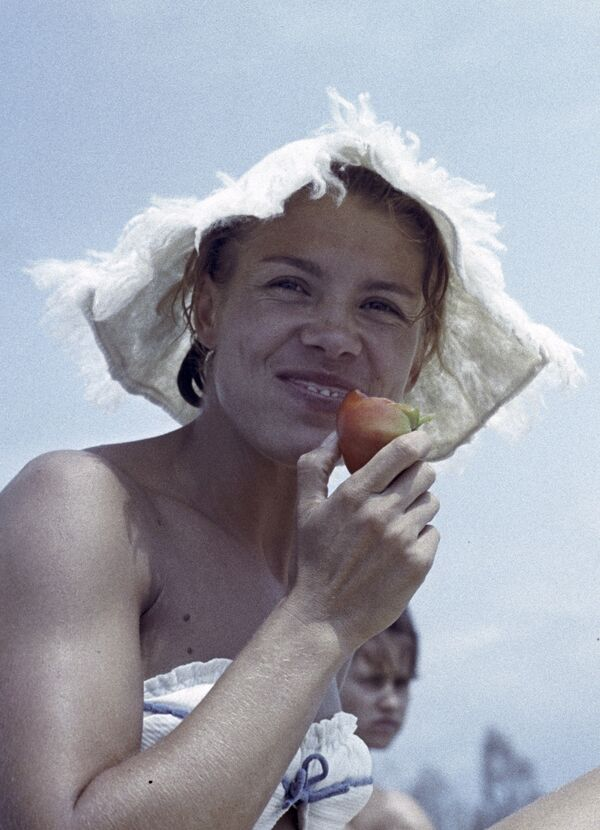 Советская гимнастка чемпионка СССР, Европы, мира и Олимпийских игр Лариса Латынина на отдыхе, 1964 год - Sputnik Таджикистан