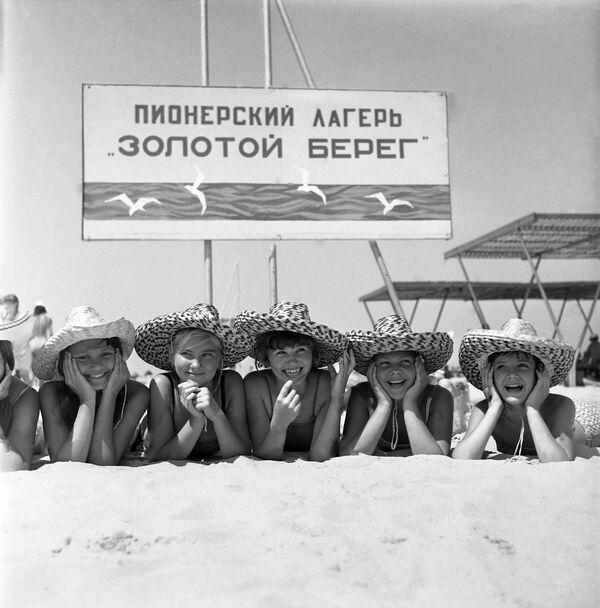 На пляже детского лагеря Золотой берег в Анапе, 1971 год - Sputnik Таджикистан