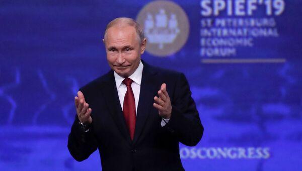 Президент РФ В. Путин на Петербургском международном экономическом форуме - Sputnik Тоҷикистон