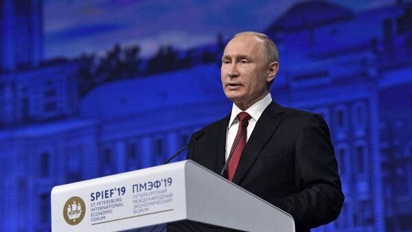 Президент РФ Владимир Путин выступает на пленарном заседании Петербургского международного экономического форума 2019  - Sputnik Тоҷикистон
