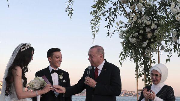 Президент Турции Реджеп Тайип Эрдоган на свадьбе полузащитника лондонского «Арсенала» Месута Озила - Sputnik Тоҷикистон