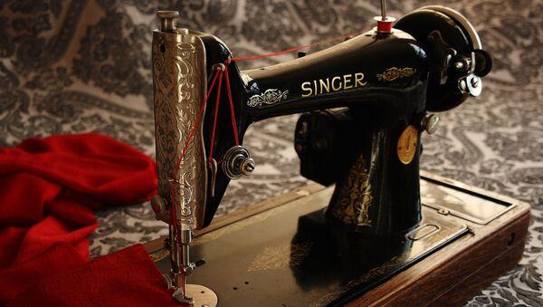 Швейная машина челночного стежка производства компании Зингер - Sputnik Таджикистан