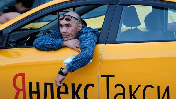 Водитель автомобиля Яндекс.Такси в Москве - Sputnik Тоҷикистон