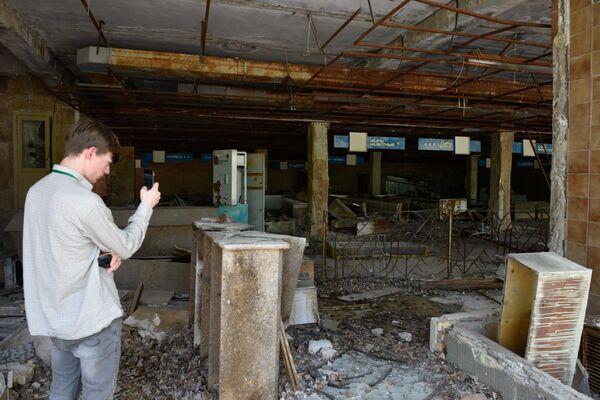 Туристы во время экскурсии в зону отчуждения ЧАЭС в городе Припяти - Sputnik Таджикистан
