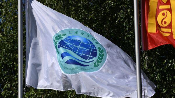 Флаг с эмблемой саммита ШОС - Sputnik Тоҷикистон