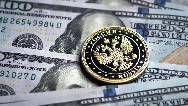 Купюры американских долларов и монета с гербом Российской Федерации - Sputnik Таджикистан