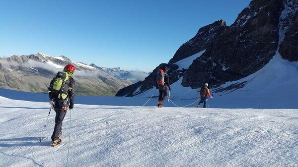 Альпинисты в горах - Sputnik Таджикистан