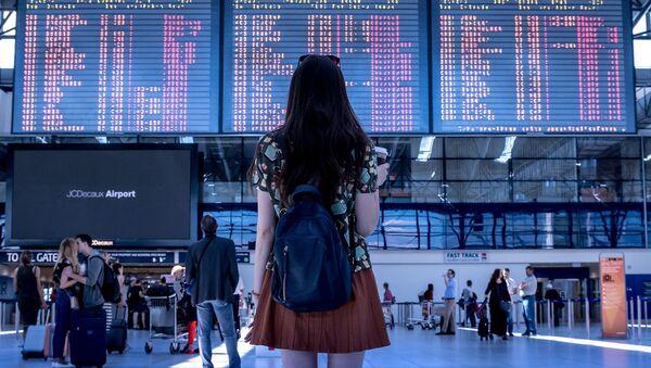 Девушка в аэропорту, архивное фото - Sputnik Таджикистан