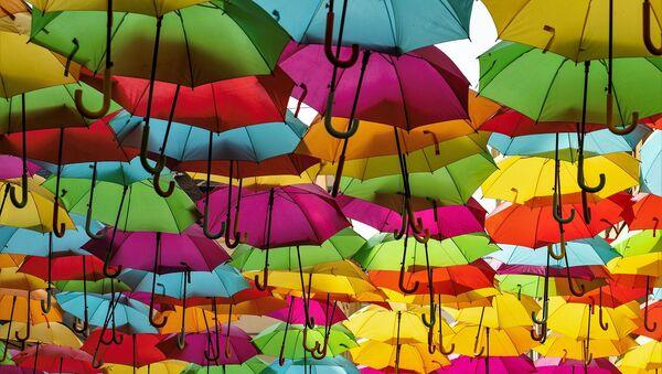 Инсталляция из цветных зонтов на улице - Sputnik Таджикистан