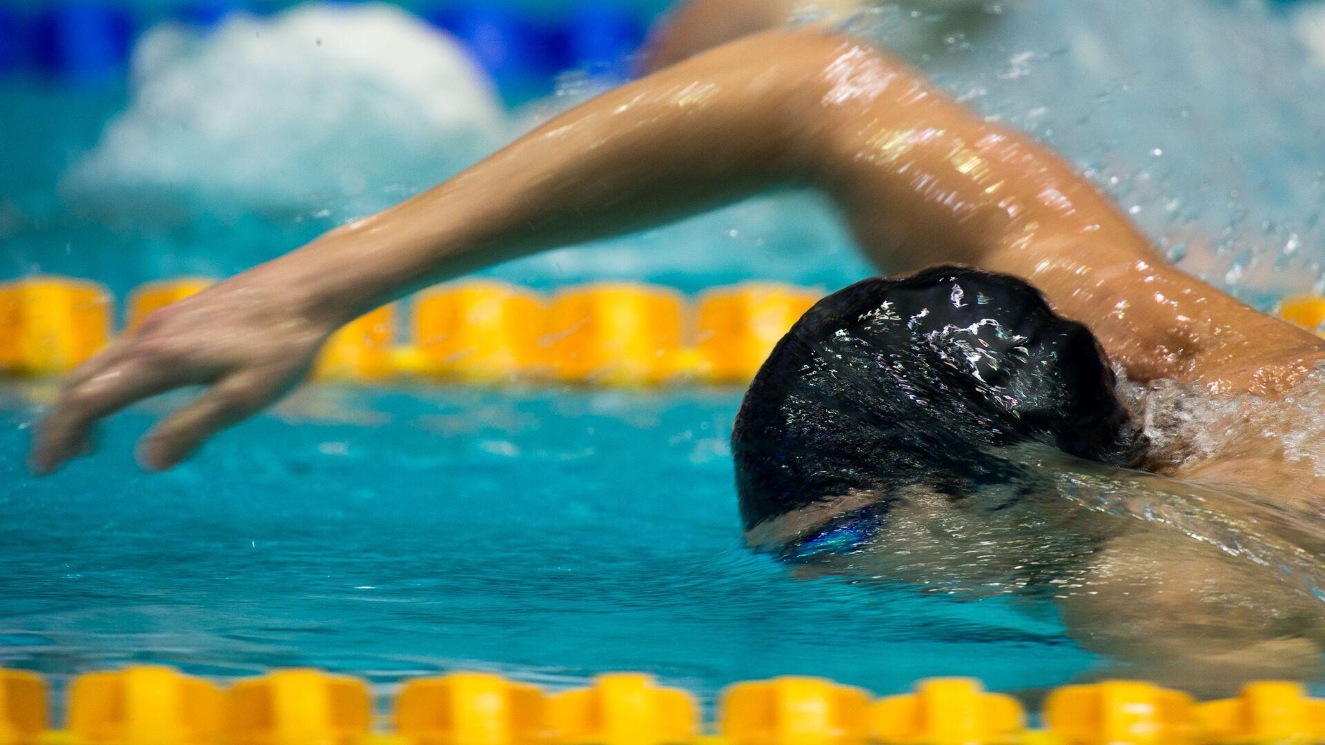 Пловец в финальном заплыве на дистанции 200 метров вольным стилем  - Sputnik Таджикистан, 1920, 30.07.2021