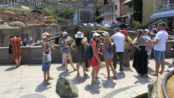 Российские туристы в центре грузинской столицы в районе Абанотубани - Sputnik Таджикистан