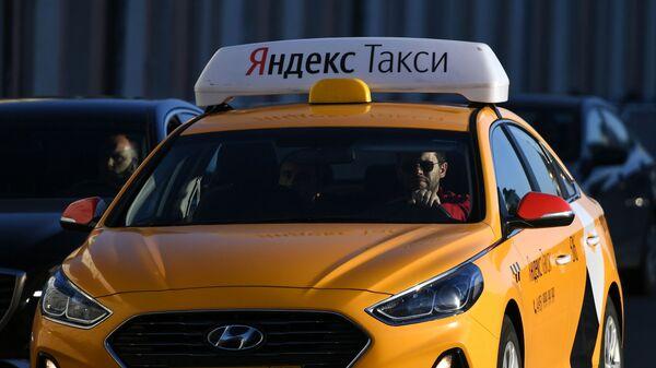 Такси на одной из улиц Москвы - Sputnik Таджикистан