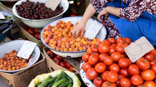 Торговля овощами и фруктами, архивное фото - Sputnik Таджикистан