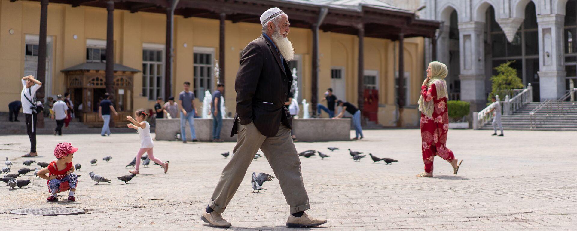 Дедушка идет по улице, архивное фото - Sputnik Таджикистан, 1920, 23.07.2021