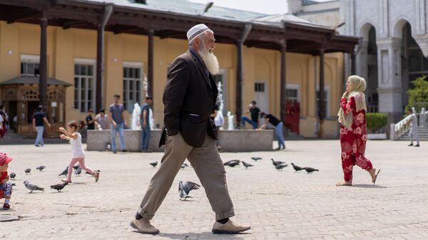 Дедушка идет по улице, архивное фото - Sputnik Тоҷикистон