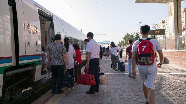 Посадка пассажиров на скоростной поезд Афросиаб на вокзале города Самарканд - Sputnik Таджикистан