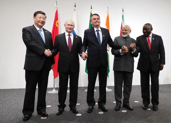 Президент РФ Владимир Путин на церемонии фотографирования лидеров БРИКС в международном выставочном центре INTEX Osaka - Sputnik Таджикистан