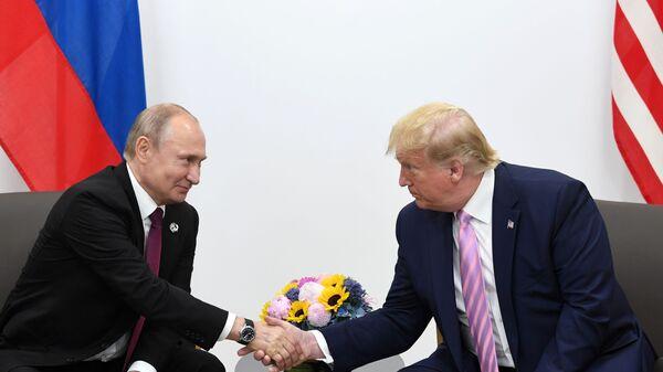 Президент РФ Владимир Путин и президент США Дональд Трамп во время встречи на полях саммита Группы двадцати в Осаке - Sputnik Таджикистан