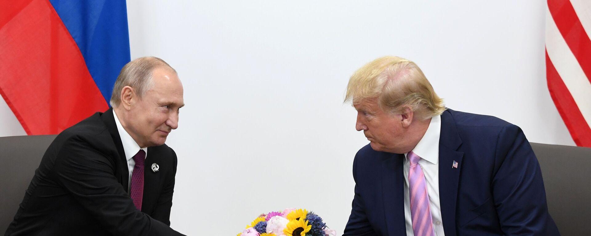 Президент РФ Владимир Путин и президент США Дональд Трамп во время встречи на полях саммита Группы двадцати в Осаке - Sputnik Таджикистан, 1920, 18.08.2020