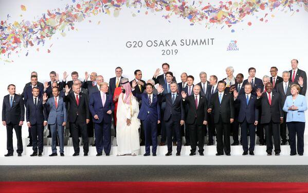 Президент РФ Владимир Путин на церемонии совместного фотографирования глав делегаций государств-участников Группы двадцати, приглашенных государств и международных организаций в Осаке - Sputnik Таджикистан