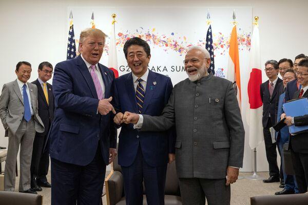 Президент США Дональд Трамп с премьер-министром Японии Синдзо Абэ и премьер-министром Индии Нарендрой Моди во время трехсторонней встречи в первый день саммита G20 в Осаке - Sputnik Таджикистан