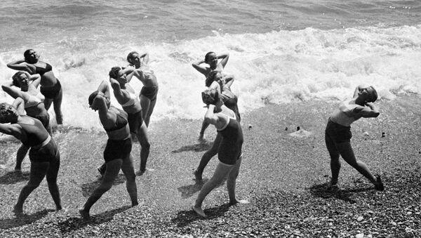 Утренняя зарядка на Черноморском побережье Крыма. 1953 год - Sputnik Тоҷикистон