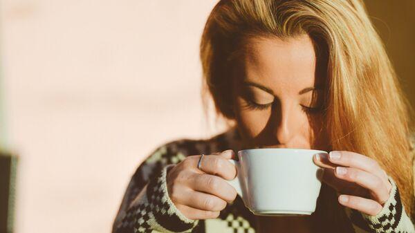 Девушка пьет кофе - Sputnik Таджикистан